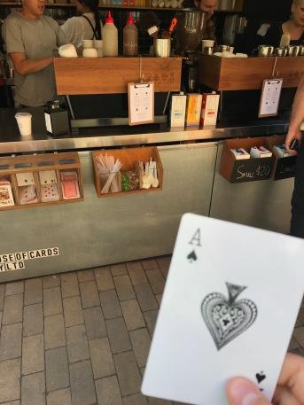 På de flesta restauranger och cafeer så frågar dom efter ditt namn OCH ger dig en siffra. På dehä kafee använder de spelkort istl. för namn. Jag tyckte att korte jag ficka var värt ett foto.