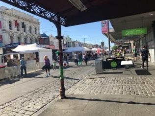 vårmarknad på shoppingvägen nära hemmet.
