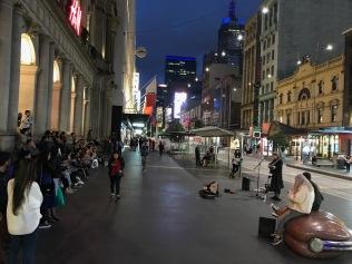 Sällan man ser gatumusiker med såhär mycket publik i Hesa.