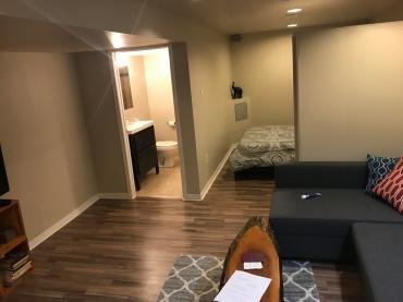 Min lägenhet, lite sval (speciellt om jag inte orkar be familjen i huset ställa in det) men annars trevlig.