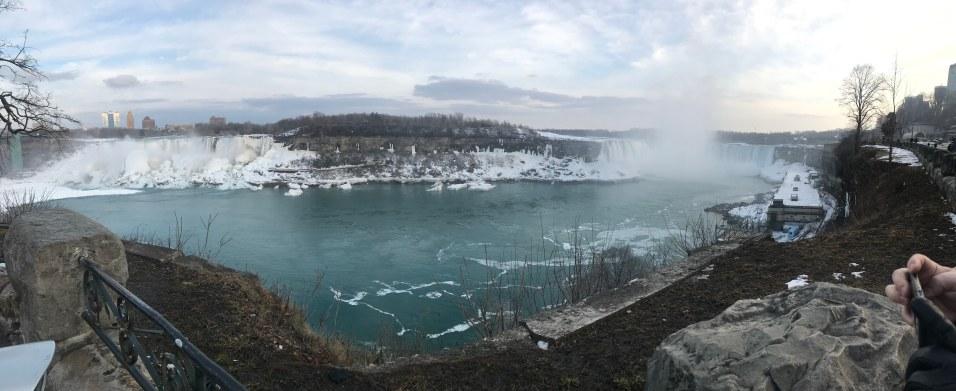 Finns egentligen två olika vattenfall. Den stereotypa bilden niagara fallsen är egentligen horse shoe falls