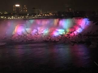 PÅ kvällen var vattenfallet upplyst.