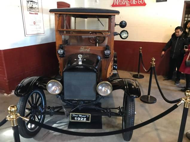 och garaget, slotsbyggaren gillade bilar, här är ett par elbilar från början av 1900 talet